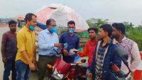 সুনামগঞ্জে যানবাহন চালকদের মাঝে জেলা পরিষদের মাস্ক বিতরণ
