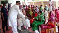 সুনামগঞ্জে ফারিয়া একাডেমি খাদ্য দিলো কর্মহীন পরিবারে